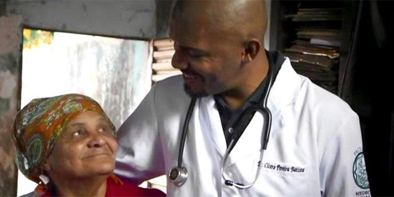 Resultado de imagem para Médico é vítima de racismo por paciente que preferia morrer a ser tocado por negros. Mesmo assim, ele vai lá e salva sua vida